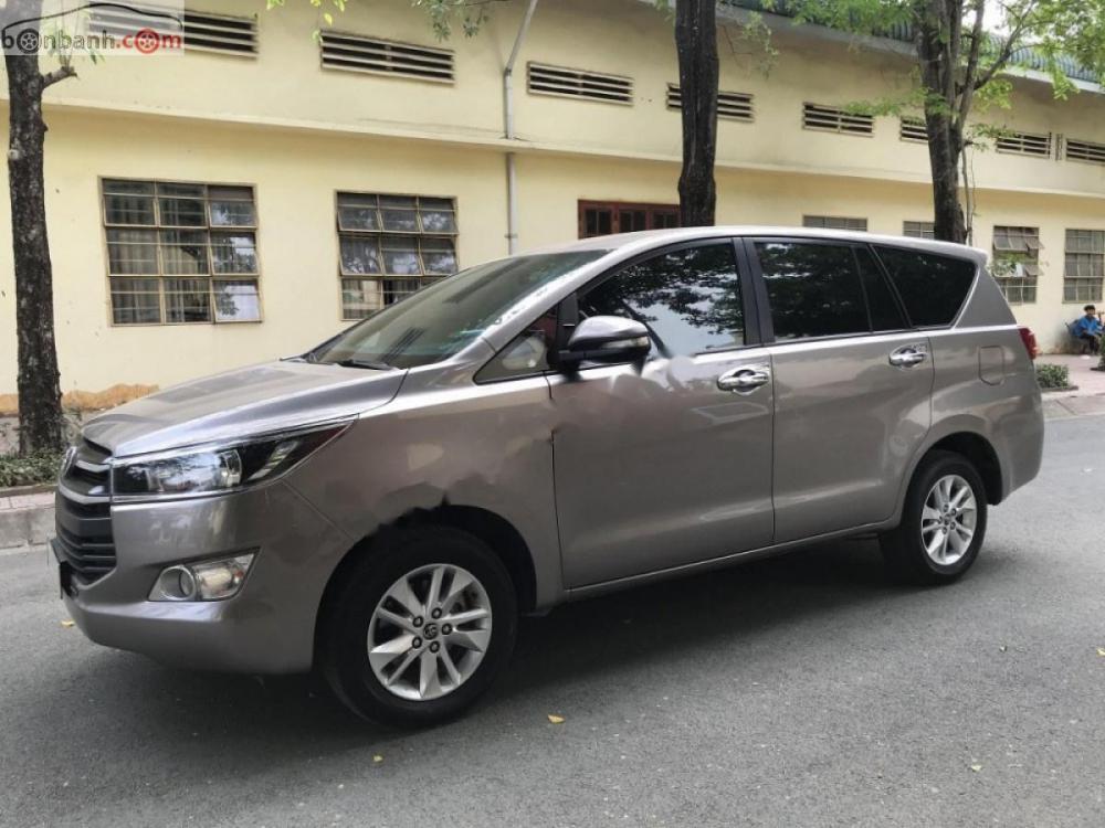 Bán xe Toyota Innova 2.0E sản xuất năm 2017 số sàn, giá tốt