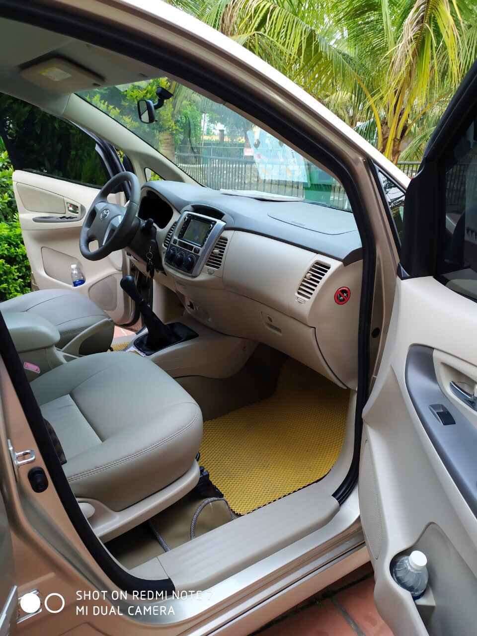 Tôi cần bán chiếc xe ô tô Toyota Innova 2.0E màu ghi vàng 2015