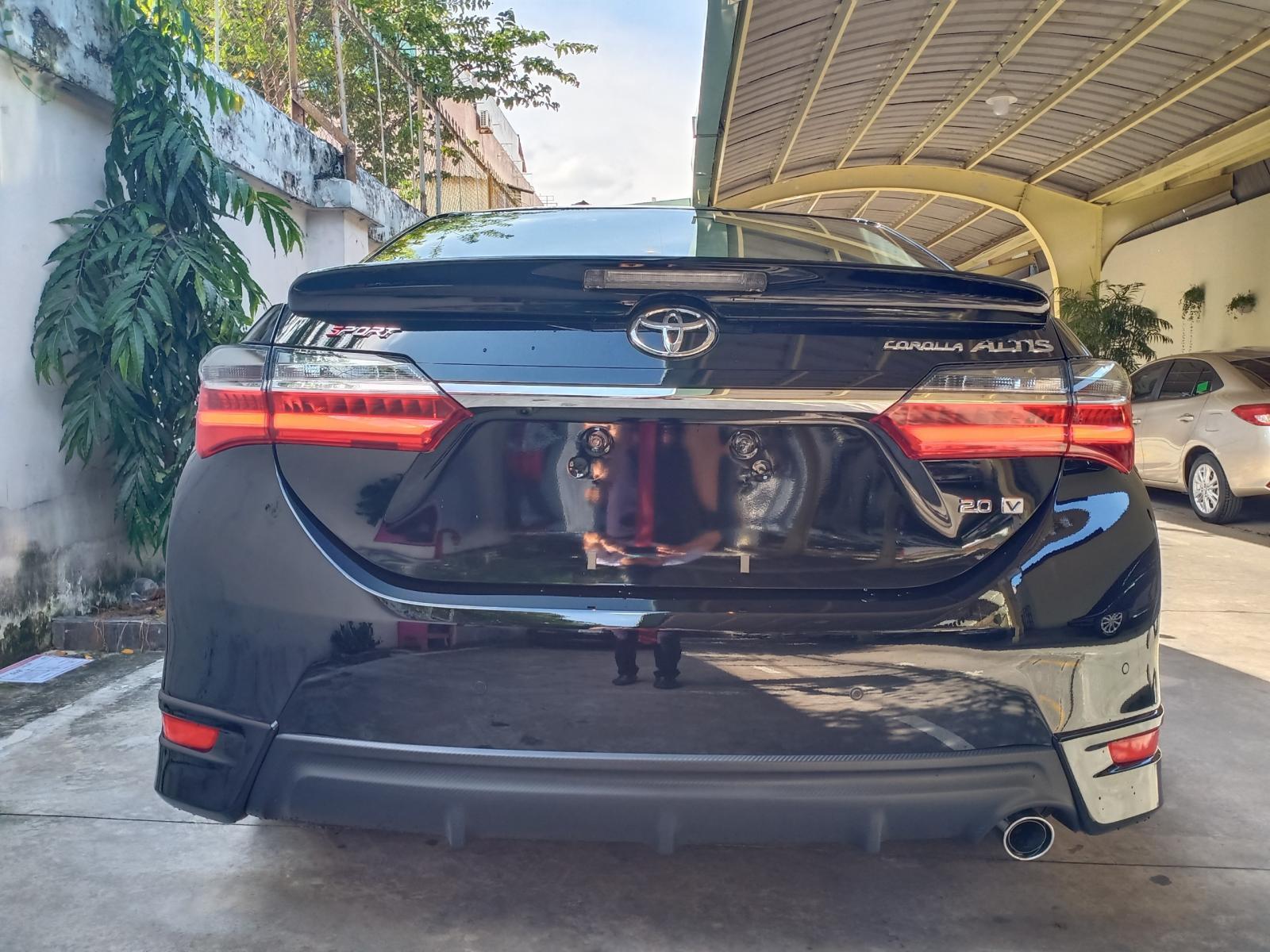 Cần bán Toyota Corolla altis 2.0V năm 2020, màu đen, giá tốt