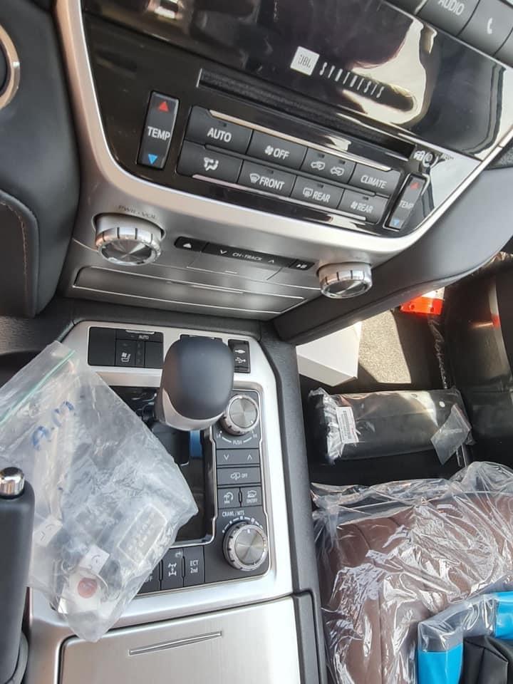 Bán xe Toyota Landcruiser VX-S 4.6V8 màu vàng cát 2021 bản nhập khẩu Trung Đông mới 100%