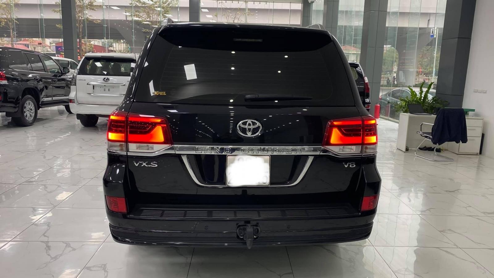 Toyota Land Cruiser 4.6 VXS Trung Đông màu đen, nội thất nâu, đăng ký 2020 chưa lăn bánh