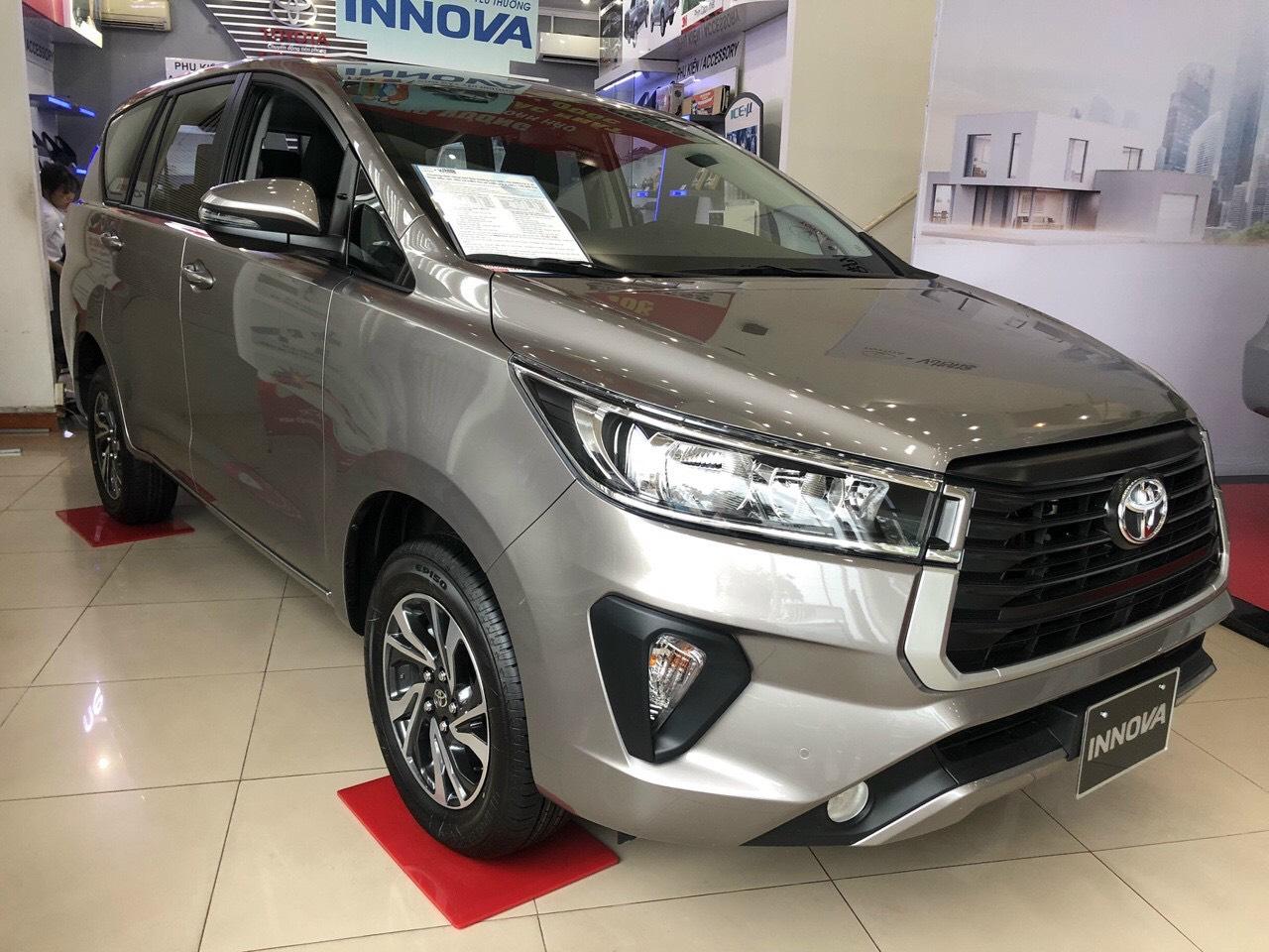 Cần bán xe Toyota Innova 2.0E đời 2021, màu bạc, giá 750tr