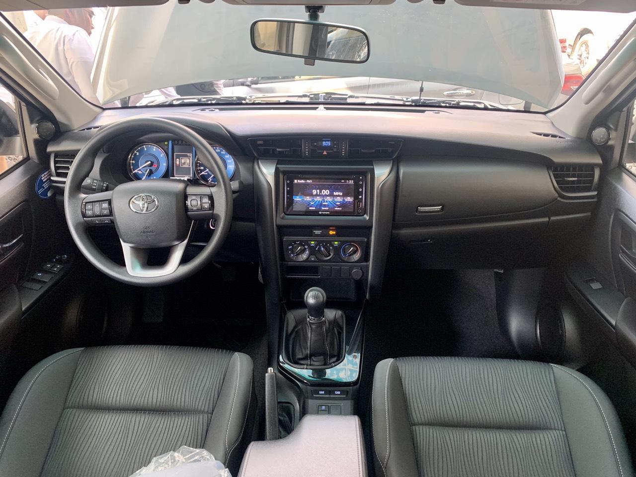Cần bán lại xe Toyota Fortuner 2.4MT 4X2 đời 2021, màu bạc