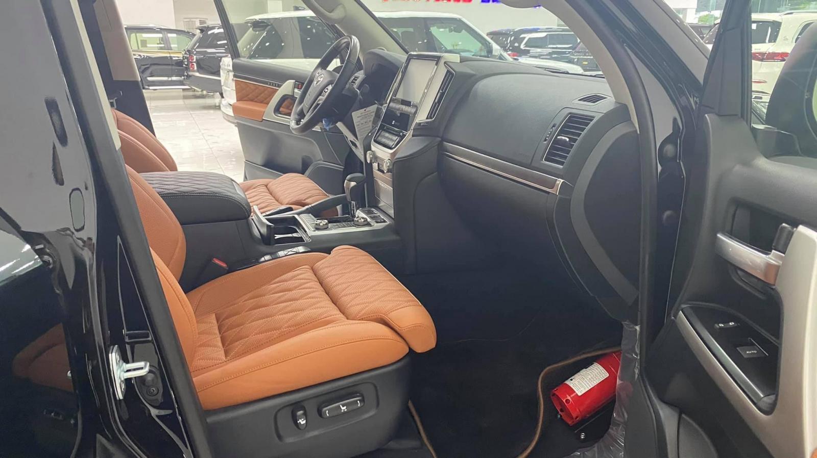 Bán Toyota Land Cruiser 5.7 MBS 4 ghế thương gia siêu VIP, sản xuất 2021, xe giao ngay