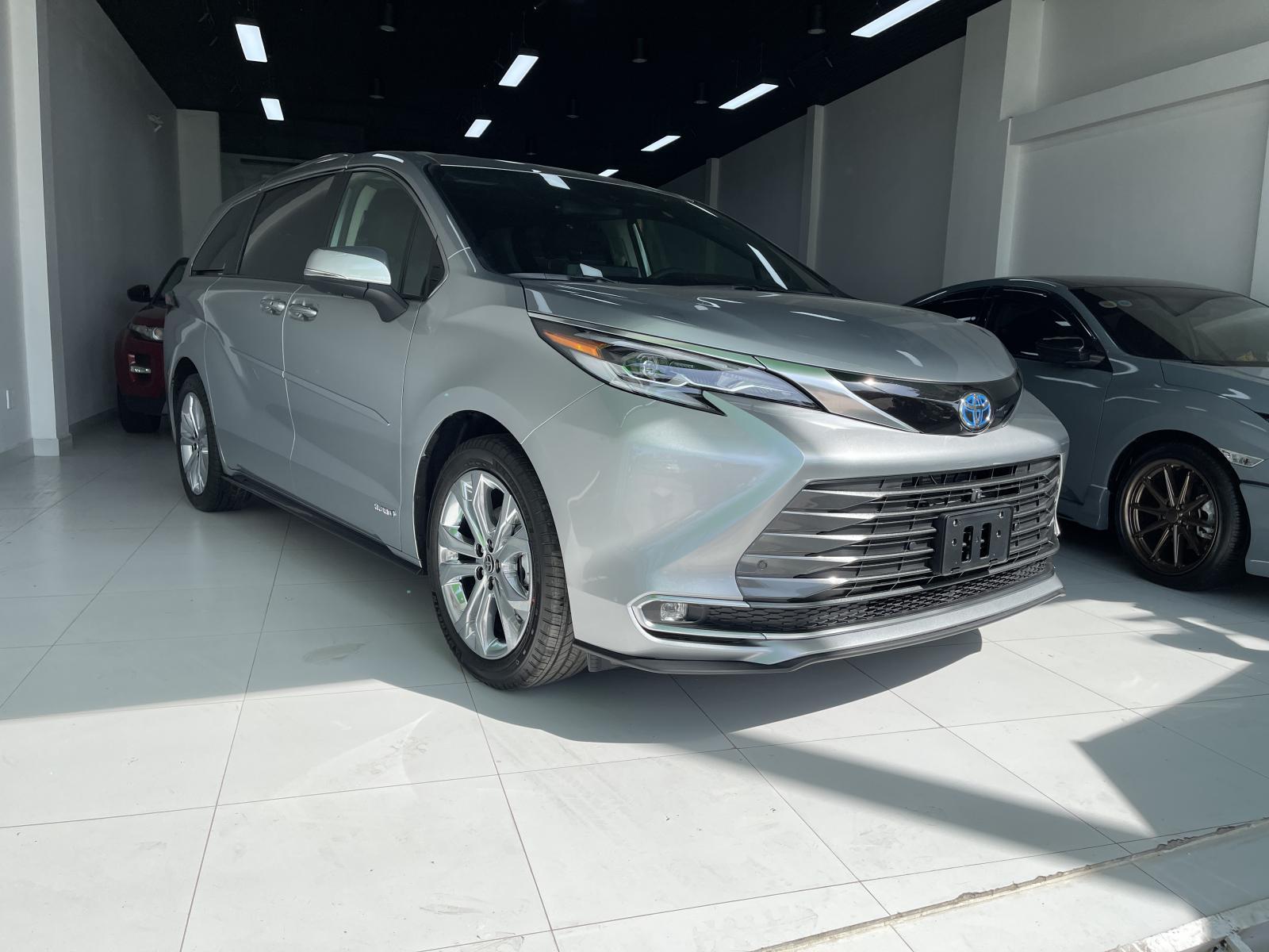 Toyota Sienna Platinum 2021, màu bạc, nhập khẩu Mỹ, option full kịch