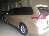 Cần bán lại xe Toyota Sienna sản xuất 2010, màu vàng, xe nhập chính chủ giá 1 tỷ 150 tr tại Tp.HCM
