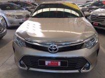 Cần bán Toyota Camry 2.0E đời 2016, màu nâu vàng giá 950 triệu tại Tp.HCM