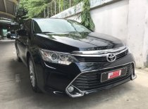 Cần bán lại xe Toyota Camry đời 2017, màu đen giá 880 triệu tại Tp.HCM